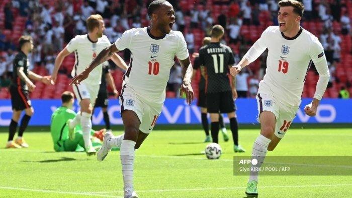 Pemain depan Inggris Raheem Sterling (kiri) merayakan mencetak gol pertama timnya dengan gelandang Inggris Mason Mount selama pertandingan sepak bola Grup D UEFA EURO 2020 antara Inggris dan Kroasia di Stadion Wembley di London pada 13 Juni 2021.