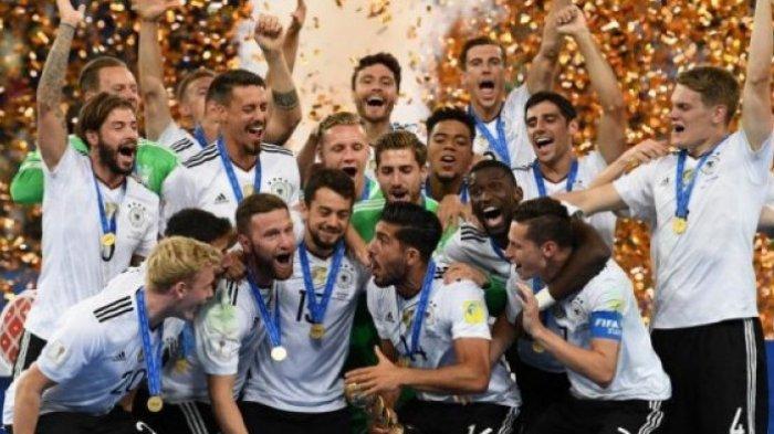 Pemain timnas Jerman merayakan kesuksesan menjuarai Piala Konfederasi 2017 usai menekuk Cile dalam laga final di Krestovsky Stadium, Saint Petersburg, Rusia, 2 Juli 2017.