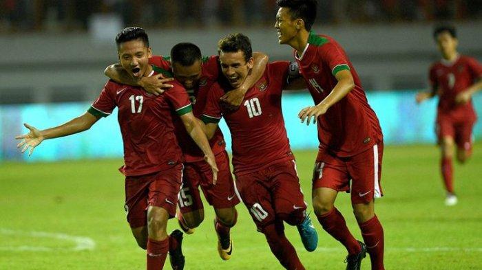 Pesepak bola Timnas U-19 Indonesia melakukan selebrasi setelah Syahrian Abimanyu (kiri) mencetak gol ke gawang Timnas U-19 Thailand dalam pertandingan persahabatan di Stadion Wibawa Mukti, Kabupaten Bekasi, Jawa Barat, Minggu (8/10/2017). Timnas U-19 Indonesia menang 3-0 atas Timnas U-19 Thailand.