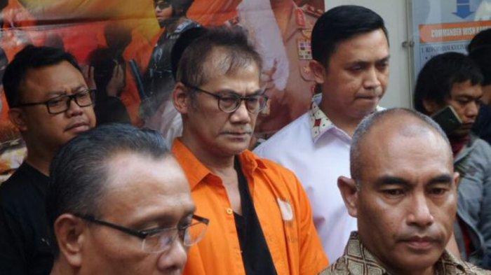 Dit Resnarkoba Polda Metro Jaya memberikan keterangan pers terkait penangkapan artis Tio Pakusadewo atas kasus penyalahgunaan narkoba, di Mapolda Metro Jaya, Jakarta Pusat, Jumat (22/12/2017).