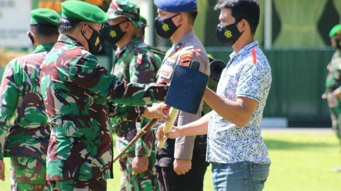Pakai Seragam Loreng, Wali Kota Maurits Mantiri Beri Cangkul ke Personel Satgas TMMD ke 111