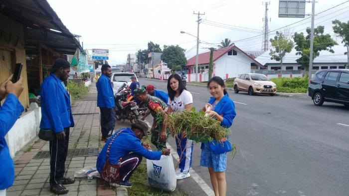 TNI Bersama Mahasiswa KKN Unima Bersihkan Jalan di Tondano
