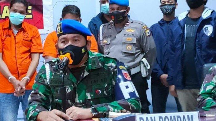 Foto : <a href='https://manado.tribunnews.com/tag/tni' title='TNI'>TNI</a> jual senjata ke <a href='https://manado.tribunnews.com/tag/kkb-papua' title='KKBPapua'>KKBPapua</a>. Komandan Detasemen Polisi Militer (Kapomdam) Kodam XVI Pattimura Kolonel Cpm Paul Jhohanes Pelupessy saat memberikan keterangan kepada wartawan di Kantor Polresta Pulau Ambon terkait keterlibatan salah seorang oknum <a href='https://manado.tribunnews.com/tag/tni' title='TNI'>TNI</a> dalam bisnis penualan amunisi ke warga sipil, Selasa (23/2/2021).