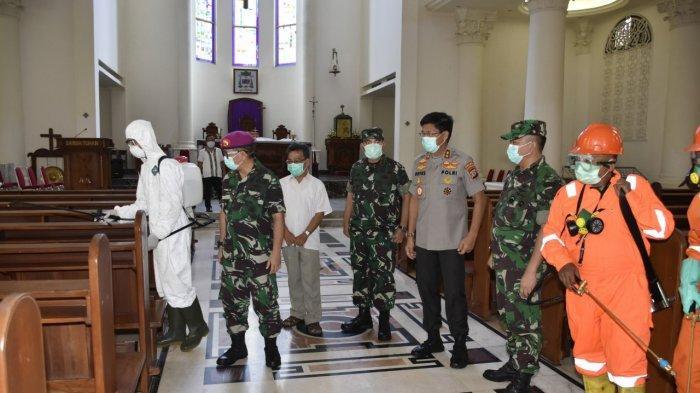 TNI-Polri di Sulut Laksanakan Penyemprotan Cairan Disinfektan di Gereja-Gereja di Manado