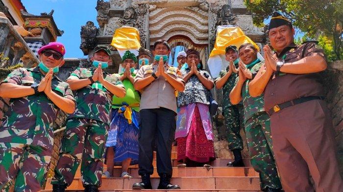 TNI-Polri Kompak Basmi Covid-19 dengan Menyemprotkan Cairan Disinfekan di Tempat-tempat Ibadah