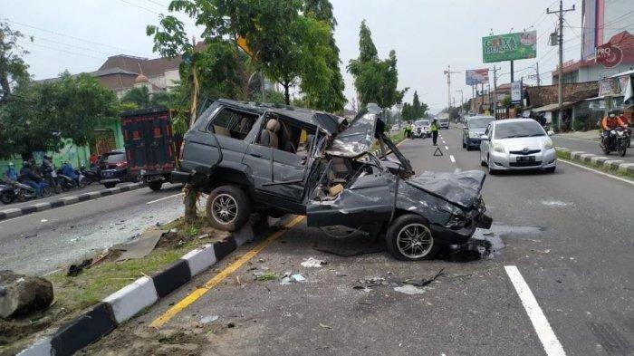 Kecelakaan Maut, Seorang Ayah Tewas, Mobil Dikendarai Anaknya Melebar ke Kanan hingga Tabrak Truk