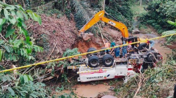 BREAKING NEWS: Truk Pertamina Masuk Jurang saat Antar BBM ke Perbatasan Sulut