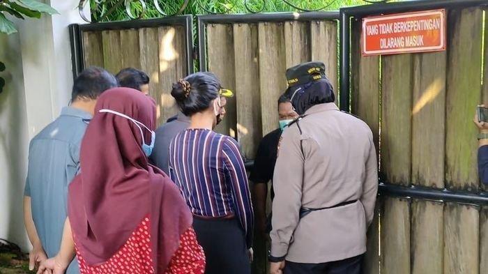 Tsania Marwa bersama pihak <a href='https://manado.tribunnews.com/tag/pengadilan-agama' title='PengadilanAgama'>PengadilanAgama</a> <a href='https://manado.tribunnews.com/tag/cibinong' title='Cibinong'>Cibinong</a> dan kepolisian, menyambangi kediaman <a href='https://manado.tribunnews.com/tag/atalarik-syach' title='AtalarikSyach'>AtalarikSyach</a> untuk mengambil anaknya.