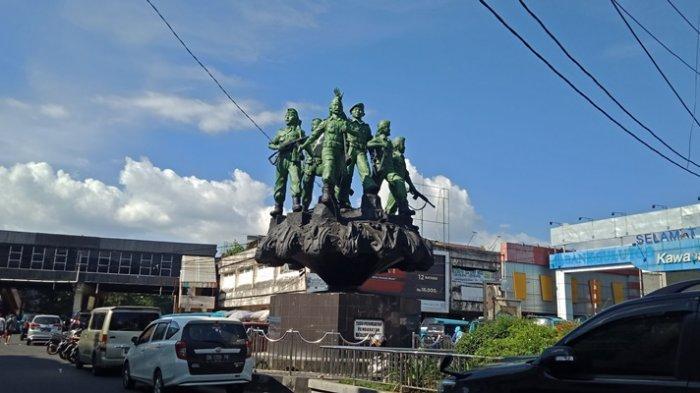 Patung HV Worang di Pusat Kota Manado Seperti Hidup di Malam Hari