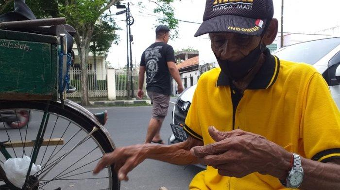 Tukang tambal sepatu di Jalan B W Lapian, Sario (72).