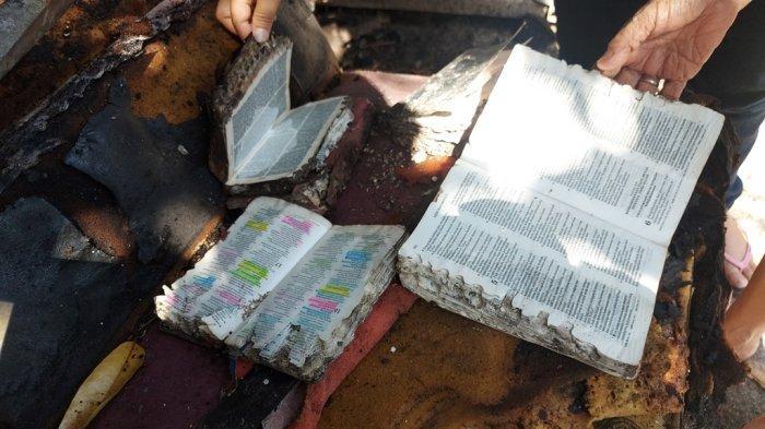 tumpukan Alkitab yang luput dari Kebakaran