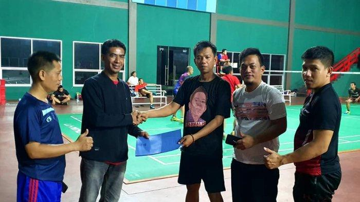 Ketua KKSS Mapanget Herianto menyerahkan SK panitia Turnamen Padaidi I di Sutan Raja Sport & Residence Paniki, Kota Manado, kemarin.