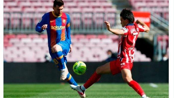 Momen duel antara Lionel Messi (kiri) dengan Joao Felix dalam laga Barcelona melawan Atletico Madrid di pekan ke-35 Liga Spanyol 2020-2021.