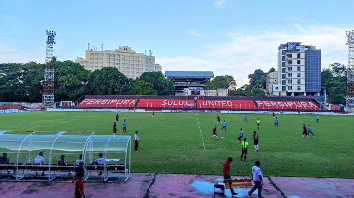 Laga uji coba Sulut United dan Tim PON Sulut di stadion Klabat Manado berakhir seri 1-1, Sabtu (12/06/2021)