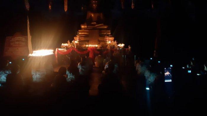 Umat Buddha Nantikan Purnama Waisak di Saat Super Blood Moon
