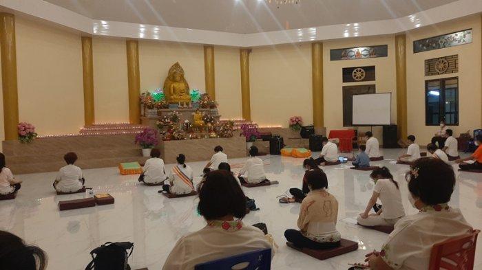 Umat Buddha yang datang ke Vihara di Kelurahan Kakaskasen Dua, Kecamatan Tomohon merayahkan Ibadah dengan menerapkan protokol kesehatan.