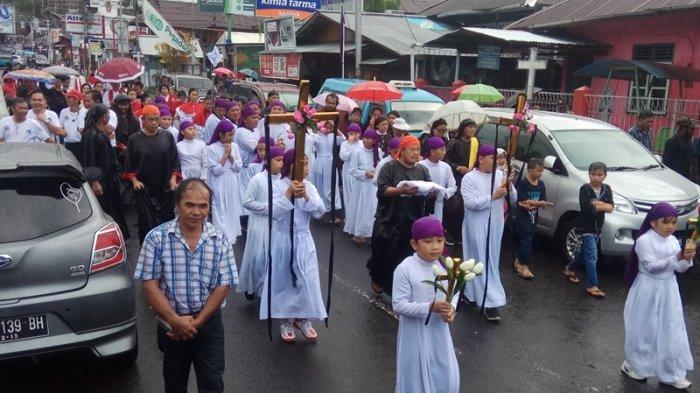 Ratusan Umat Katolik di Tondano Diguyur Hujan Saat Jalan Salib
