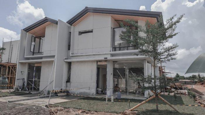 Unit rumah contoh Designer Homes di lokasi Holland Village Manado dalam tahap finalisasi pembangunan.