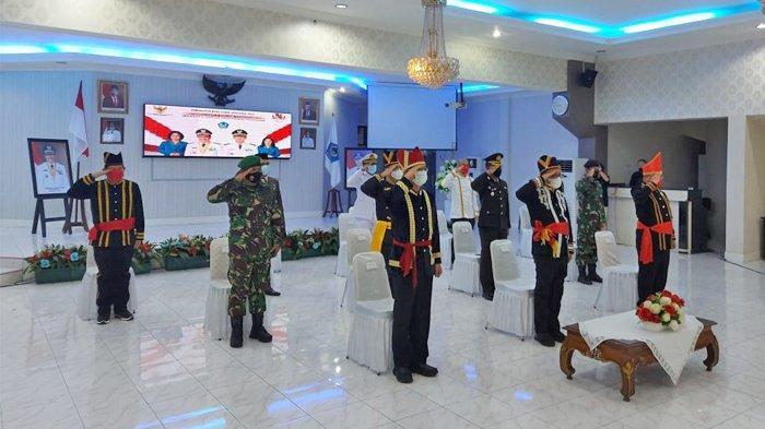 Wali Kota Bitung Ir Maurits Mantiri MM dan Wakil Walikota Hengky Honandar, kompak pakai pakaian Adat Minahasa. Saat mengikuti upacara peringatan Hari Lahir Pancasila 1 Juni 2021.