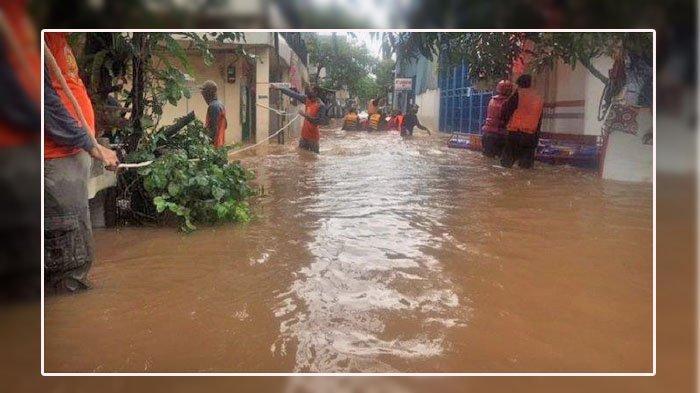 Jakarta Banjir, Warga Kembangan Dulang Rezeki, Jasa Angkut Motor Pakai Gerobak Laris