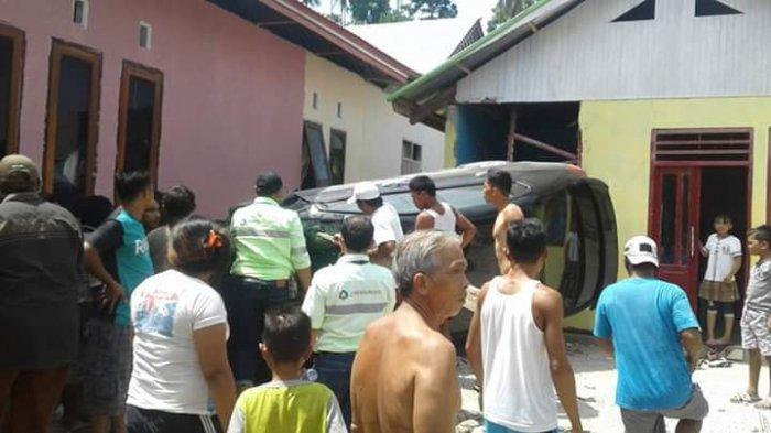 update-kecelakaan-warga-bahu-membahu-keluarkan-korban-lakalantas-dari-dalam-mobil.jpg