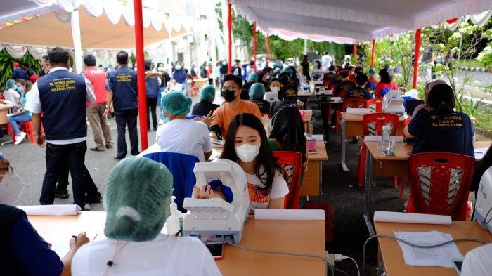 Vaksinasi tenaga kesehatan (Nakes) massal yang diadakan di Universitas Sam Ratulangi (Unsrat) Manado, Jumat (5/2/2021).