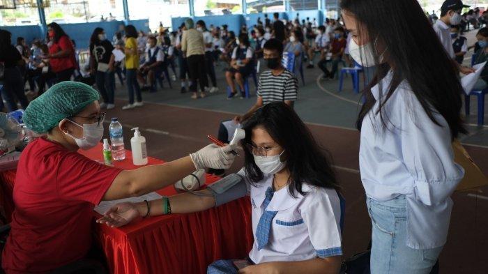 Vaksinasi Covid-19 anak usia 12-17 tahun di Manado, Senin (5/7/2021).