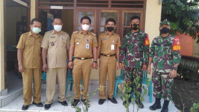 Jajaran Pemerintah Kecamatan Passi Barat dan petugas keamanan dari TNI.