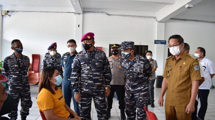 Danlantamal VIII Brigjen TNI (Mar) I Wayan Ariwijaya Pantau Vaksinasi Covid-19 di Bitung