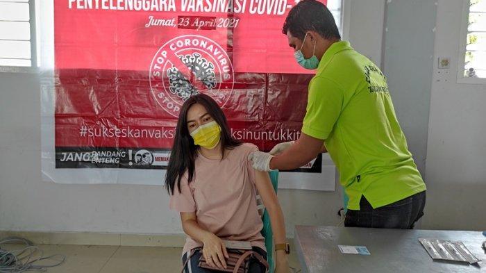 Vaksinasi Covid-19 yang digelar GMIM Musafir Kleak, Wilayah Manado Barat Daya diikuti ratusan jemaat dan masyarakat sekitar, Jumat (18/06/2021).