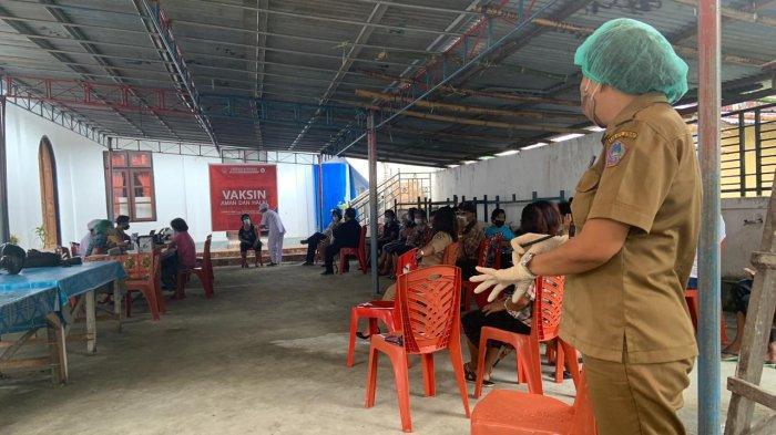Lansia di Kecamatan Sibarsel Kabupaten Sitaro Ikut Program Vaksinasi Covid-19