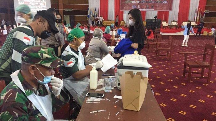 Kolaborasi Aliansi Mahasiswa Nasional Bersama TNI Polri Sukses Gelar Vaksinasi Massal di Auditorium Politeknik Negeri Manado, Rabu (22/9/2021).
