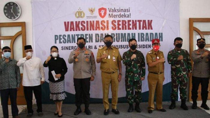 Gubernur Sulawesi Utara Olly Dondokambey  hadir dalam pelaksanaan vaksinasi serentak di rumah ibadah