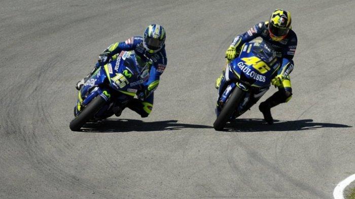 Valentino Rossi (kanan) dan Sete Gibernau (kiri), saat pertama Rossi menurunkan kaki sebelum tikungan.