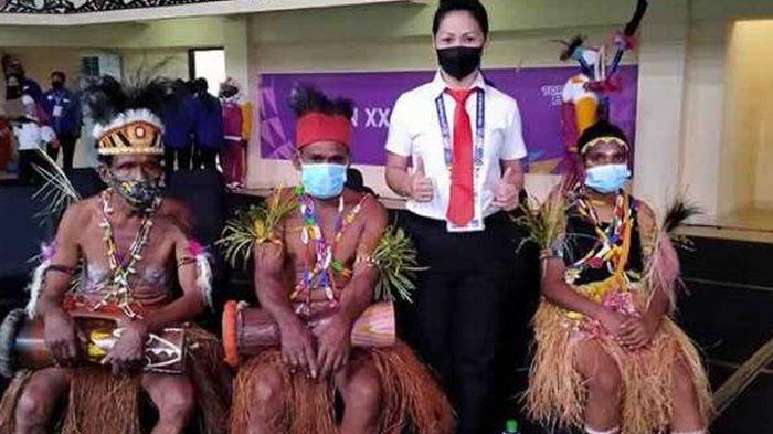 Vanda Lontaan asal Sulut jadi wasit bulutangkis perempuan satu-satunya yang bertugas di PON XX Papua 2021.