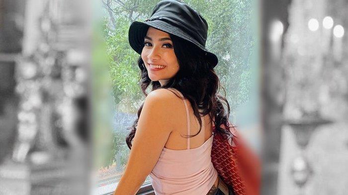 Vanessa Angel Pose di Dapur Pakai Mini Dress Belahan Dada Rendah: 'Suami Minta Bikin Dosa'