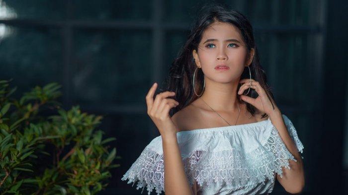 Torang Kanal-Vicky Maukar: Diprotes Pacar Saat Berpose Agak Terbuka