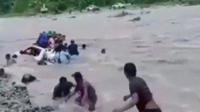 VIRAL VIDEO Mobil Pajero Hanyut saat Nekat Terobos Sungai, Para Penumpang Loncat Selamatkan Diri