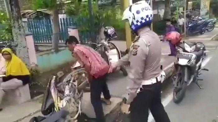 Video Viral Pria Banting Motor: 'Ini Ambil, Banyak Yang tak Pakai Helm Kenapa tak Kalian Tilang'