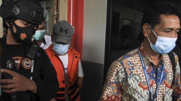 Terdakwa kasus korupsi lahan kuburan Johan Anuar, saat izin keluar Rumah Tahanan (Rutan) Pakjo <a href='https://manado.tribunnews.com/tag/palembang' title='Palembang'>Palembang</a>, untuk dilantik Gubernur <a href='https://manado.tribunnews.com/tag/sumatera-selatan' title='SumateraSelatan'>SumateraSelatan</a> Herman Deru sebagai Wakil Bupati <a href='https://manado.tribunnews.com/tag/ogan-komering-ulu' title='OganKomeringUlu'>OganKomeringUlu</a> (OKU) terpilih, Jumat (26/2/2021).