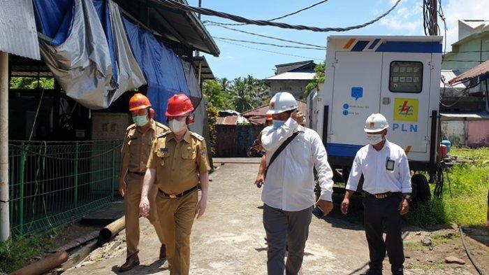 Wabup Palandung didampingi Asisten II Sekda melakukan peninjauan di PLTD Ondong untuk mengecek kondisi mesin pembangkit listrik.