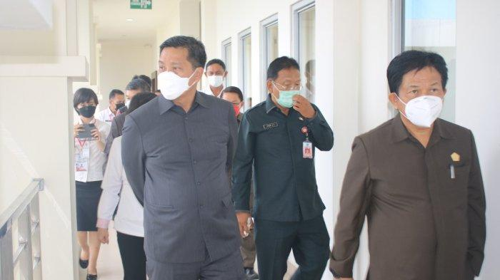 Wakil Gubernur Sulawesi Utara Steven Kandouw memantau pelaksanaan Seleksi Kompetensi Dasar (SKD) Calon Pegawai Negeri Sipil (CPNS) 2021
