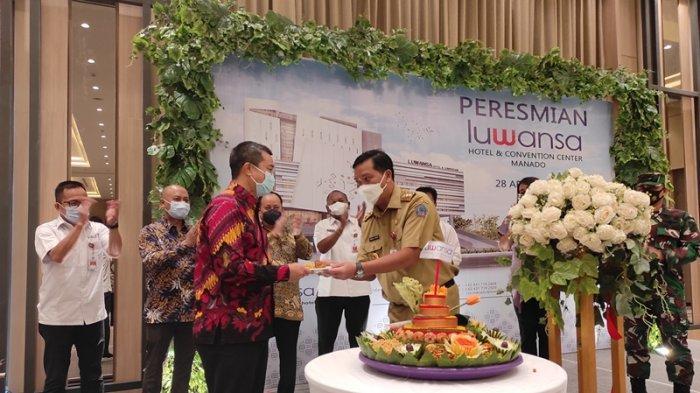 Wakil Gubernur Sulut, Steven Kandouw menggunting pita tanda peresmian Luwansa Hotel and Convention Center Manado, Rabu (28/04/2021)
