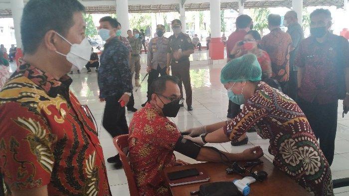 Wakil Bupati Minsel, Petra Rembang mengawasi vaksinasi Covid-19 dengar sasaran ASN dan THL Minsel.