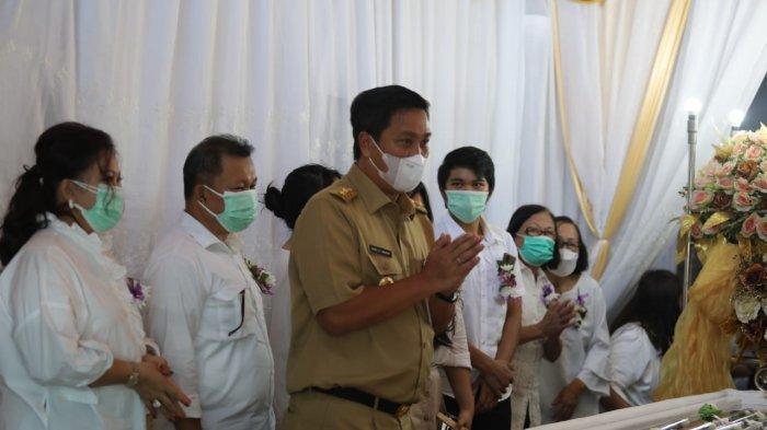 Wagub Sulut Steven Kandouw Melayat ke Rumah Duka Almarhumah Tetty Pepah-Paat