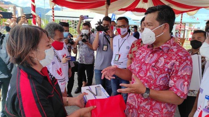 Wakil Gubernur Sulut, Steven Kandouw didampingi Kepala BI Sulut, Arbonas Hutabarat dan Regional CEO BRI Manado, John Sarjono menyerahkan simbolis KUR bagi UMKM di Taman Berkat, Manado, Kamis (12/08/2021).
