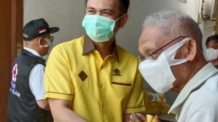 Wakil Ketua DPRD Sulawesi Utara (Sulut) James Arthur Kojongian mendatangai dua kelurahan di Kecamatan Amurang, Kabupaten Minahasa Selatan (Minsel) untuk berbagi bahan sembako kepada masyarakat.