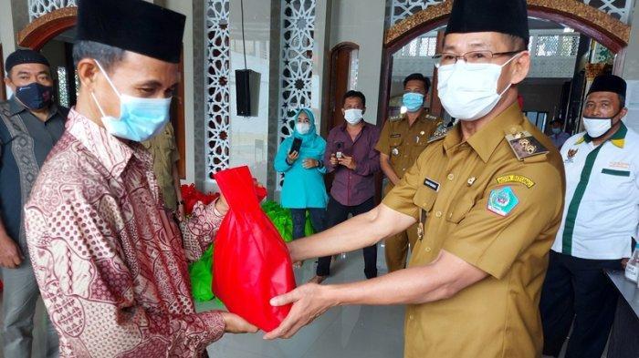 Wawali Hengky Honandar Serahkan 180 Paket Sembako ke Unit Pengumpulan Zakat