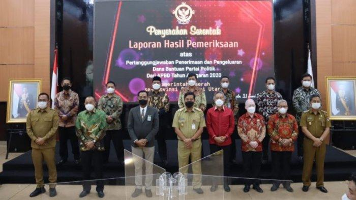 Wakil Wali Kota Kotamobagu, Nayodo Koerniawan ketika menerima LHP dari BPK RI terkait dana Banpol.