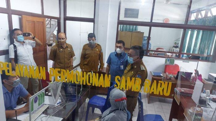 Wali kota Bitung Ir Maurits Mantiri MM Saat melakukan Sidak di Kantor PDAM Dausudara menendapati pelanggan atau masyarakat yang sedang menyampaikan masalah atau keluhan kepada petugas